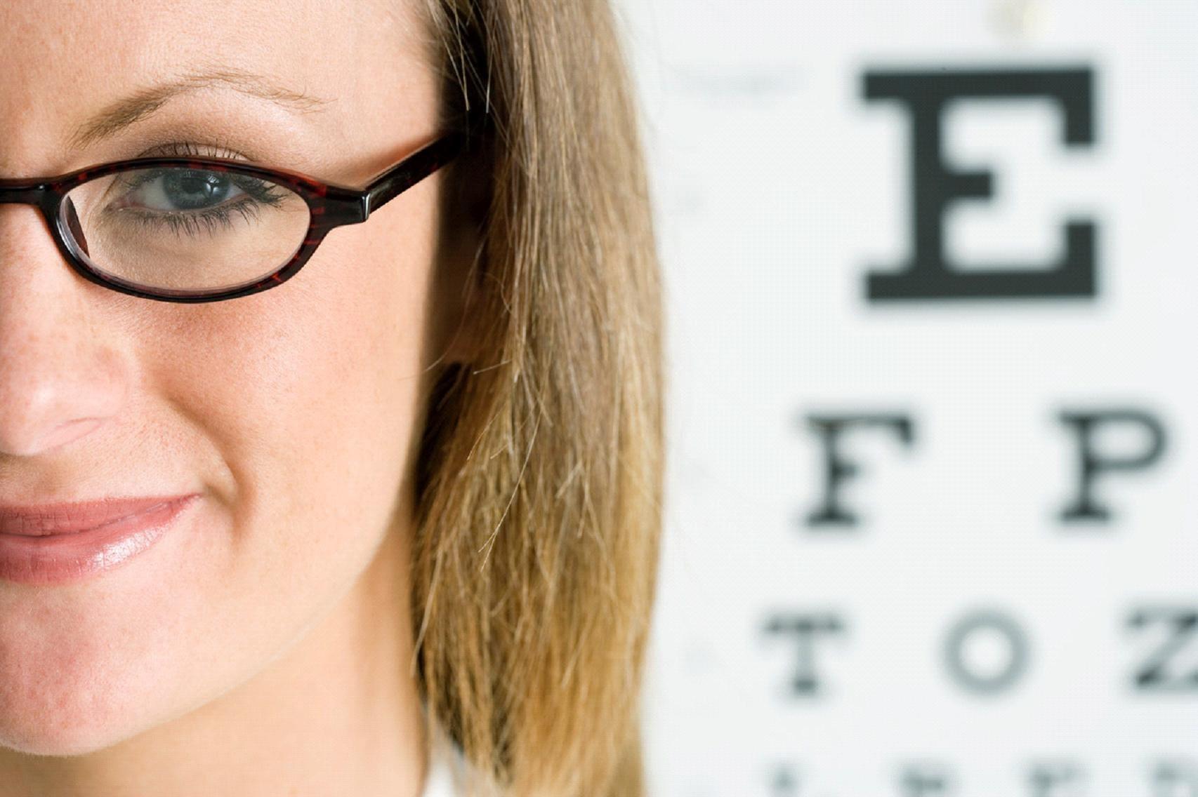 Что безопаснее, очки или линзы?