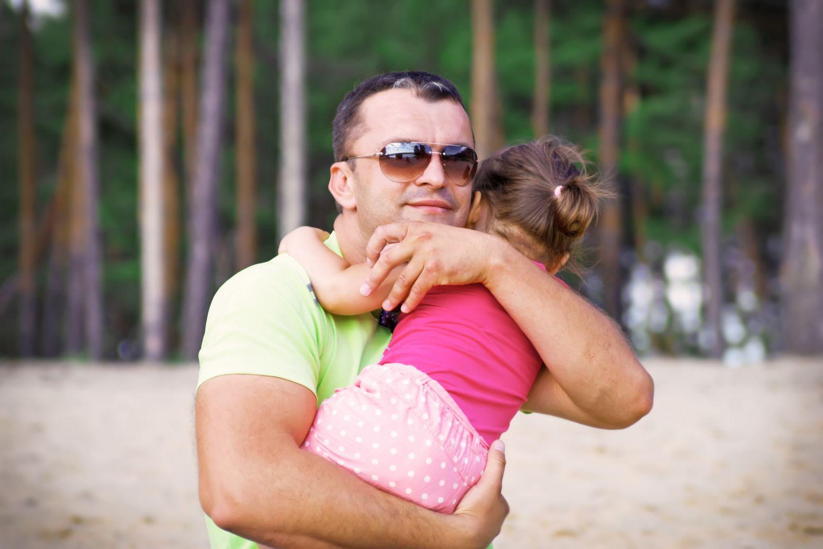 Смотреть как отец и дочка играют 4 фотография